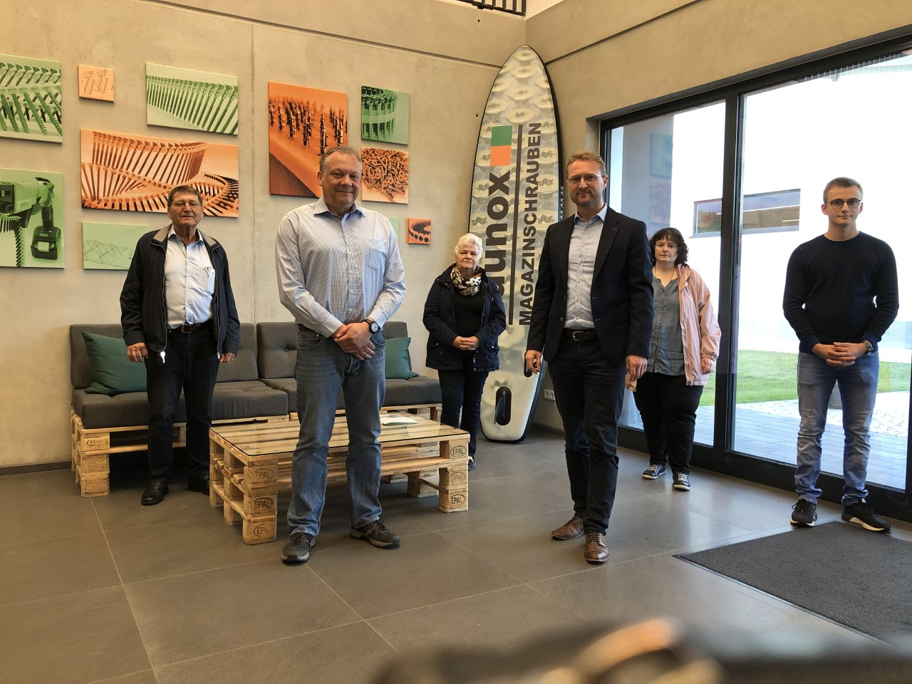 Erster Kreisbeigeordneter Dr. Jens Mischak (3. von rechts) mit Firmenchef Schmidt (2. von links) und CDU Vorsitzendem Jochim (1. von links)